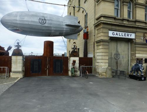Steampunk HQ Oamaru. zeppelin vor dem Eingang