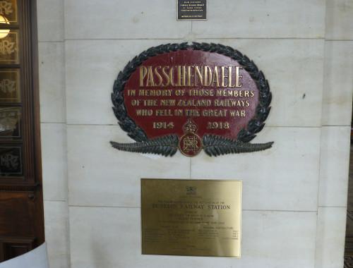 Erinnerungstafel am Eingang. Bahnhof Dunedin
