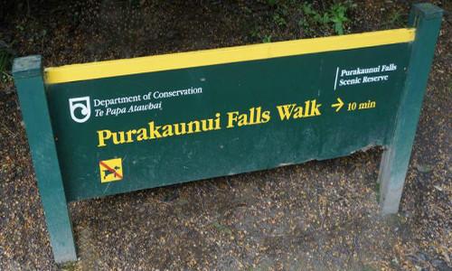Wegweiser zu den Purakaunui-Falls