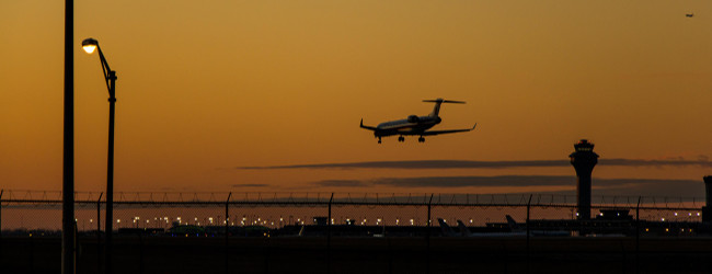 landendes Flugzeug am Abend, weit-weg.reisen