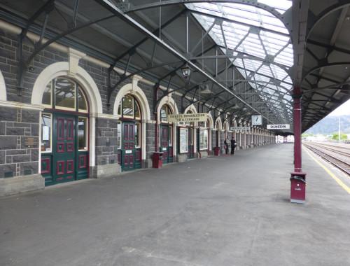 Bahnsteig am Bahnhof von Dunedin