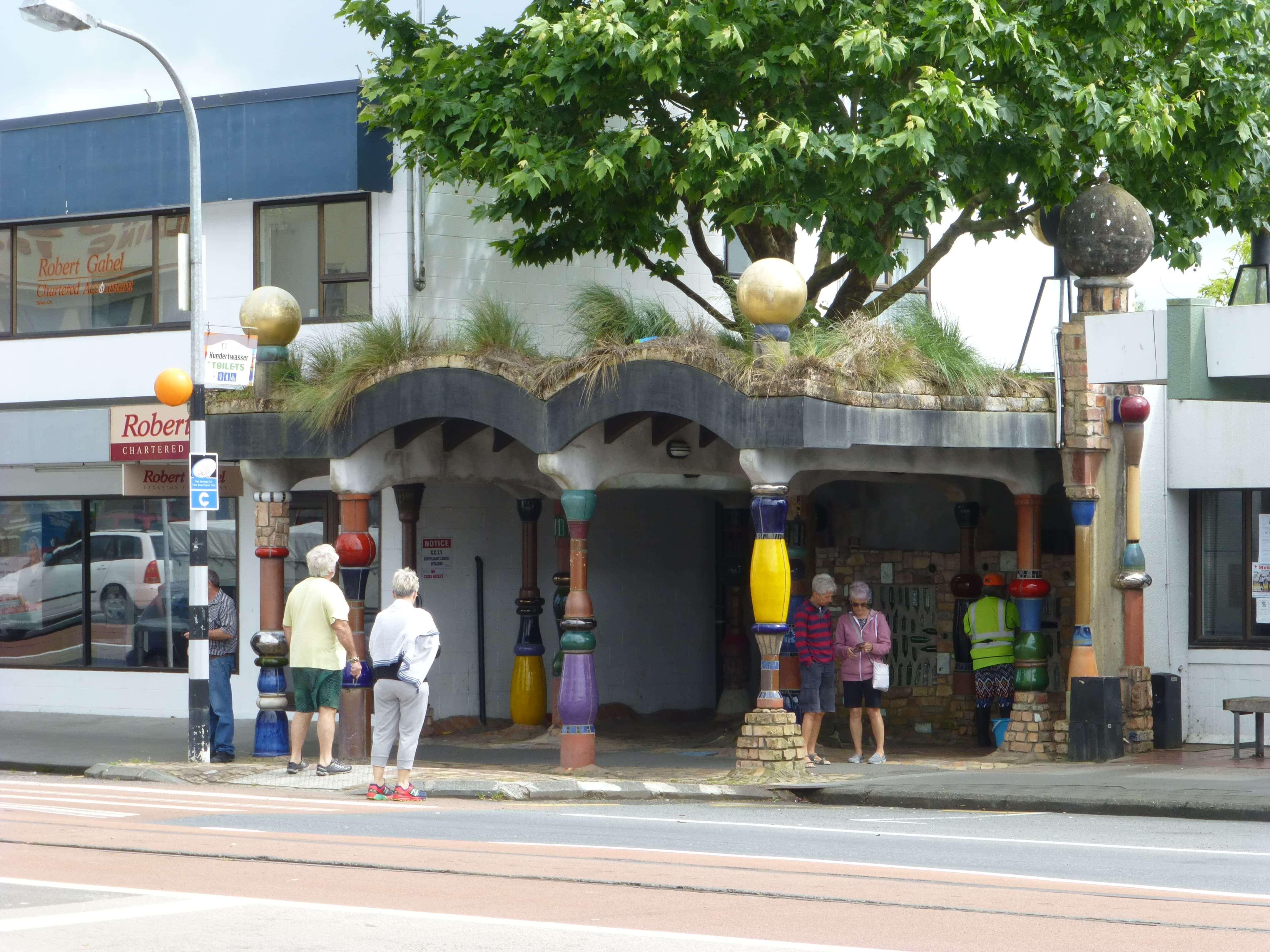weit-weg.reisen, die Hundertwasser Toilette in Kawakawa 8